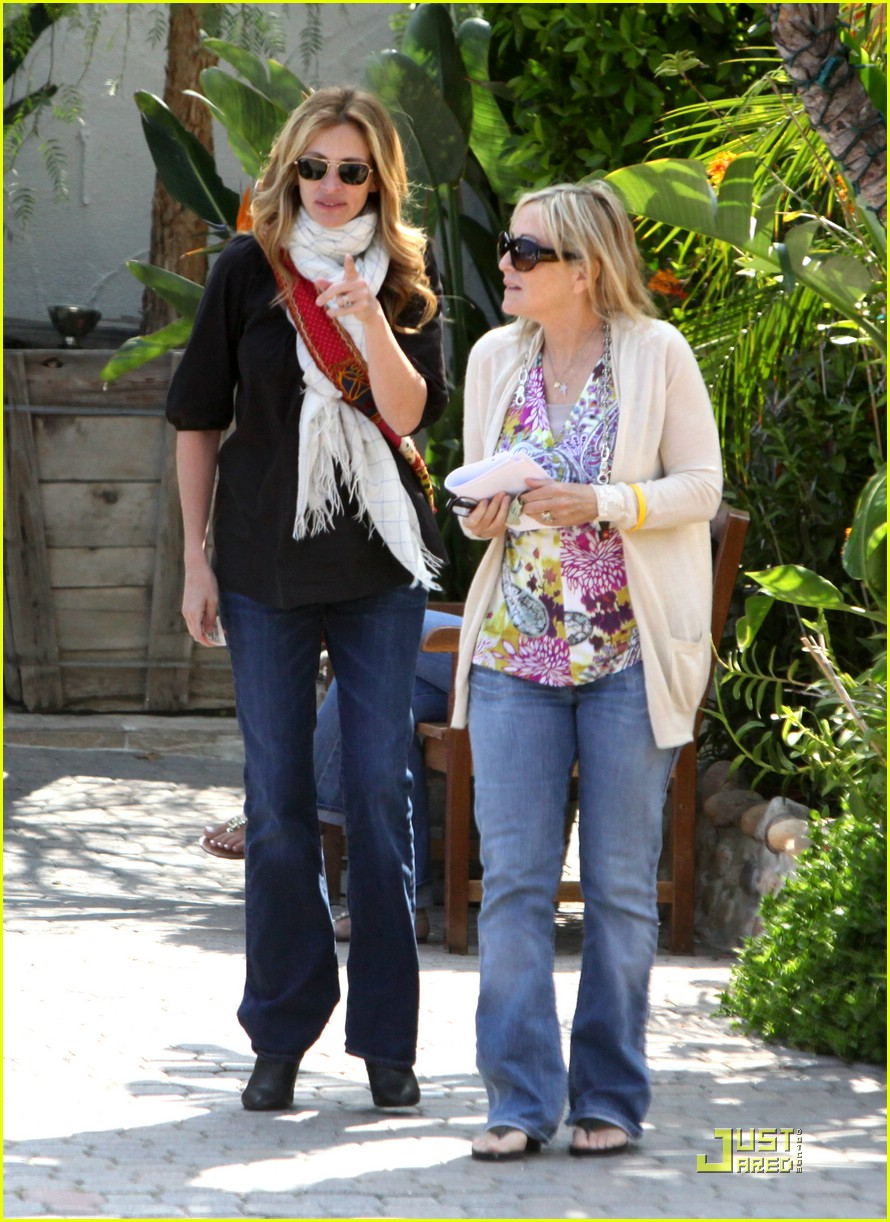 julia roberts meets in malibu 131946581
