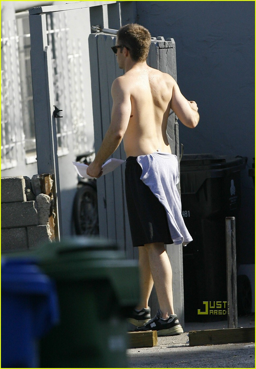 chris pine shirtless picking nose 14