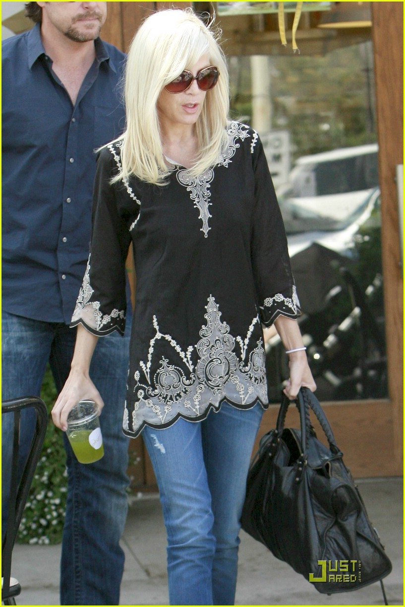 tori spelling really likes rings 021916461