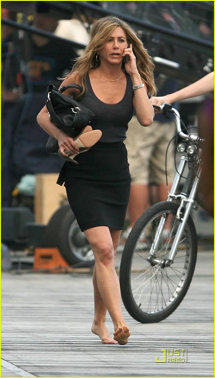 Jennifer aniston barefoot bike babe photo 2005091 jennifer aniston pictures just jared - Jennifer aniston barefoot ...