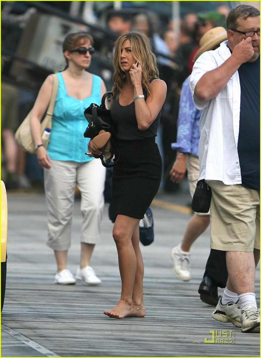 Florence Pugh Barefoot >> Jennifer Aniston Barefoot Bike Babe Photo 2005101