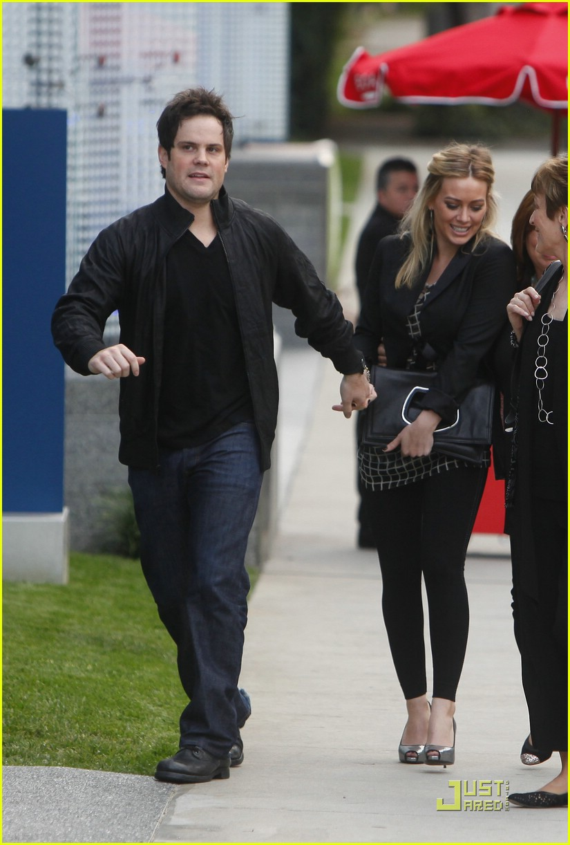 Is hilary duff still dating mike comrie 2009