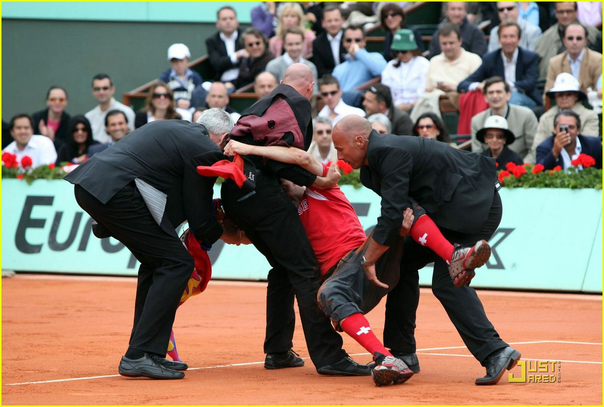 roger federer attacked at french open 011975041