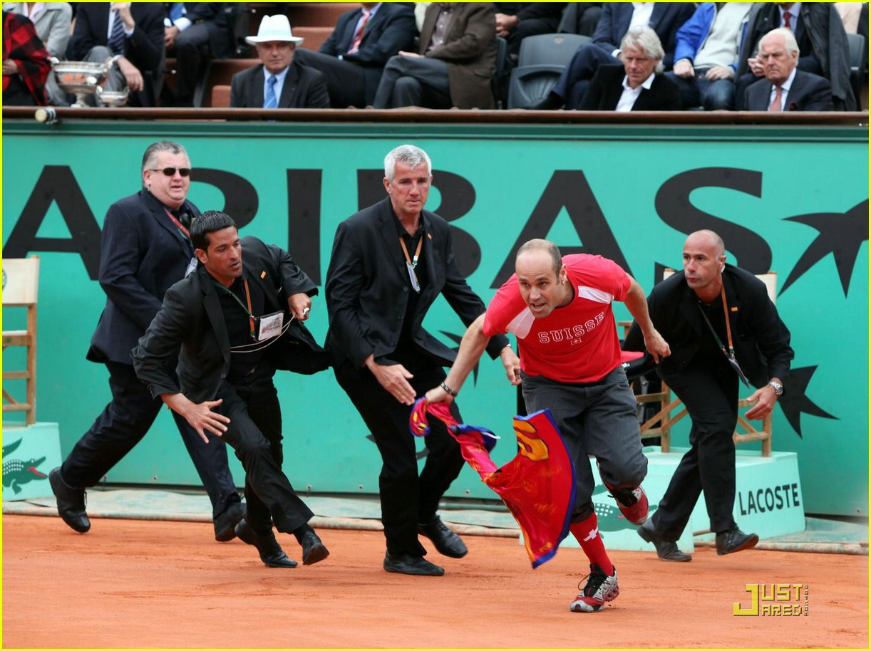 roger federer attacked at french open 031975061