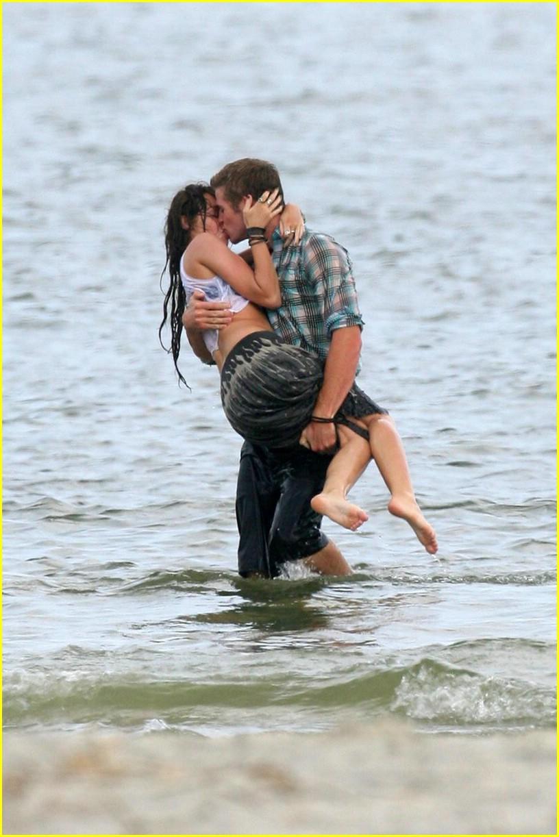 miley cyrus liam hemswroth kiss 151989821