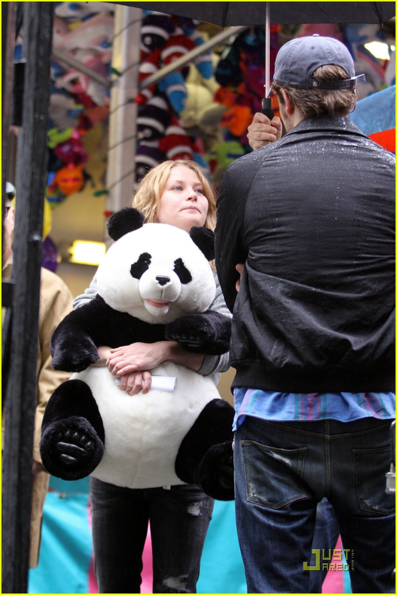 robert pattinson emilie de ravin bear hug 032011311