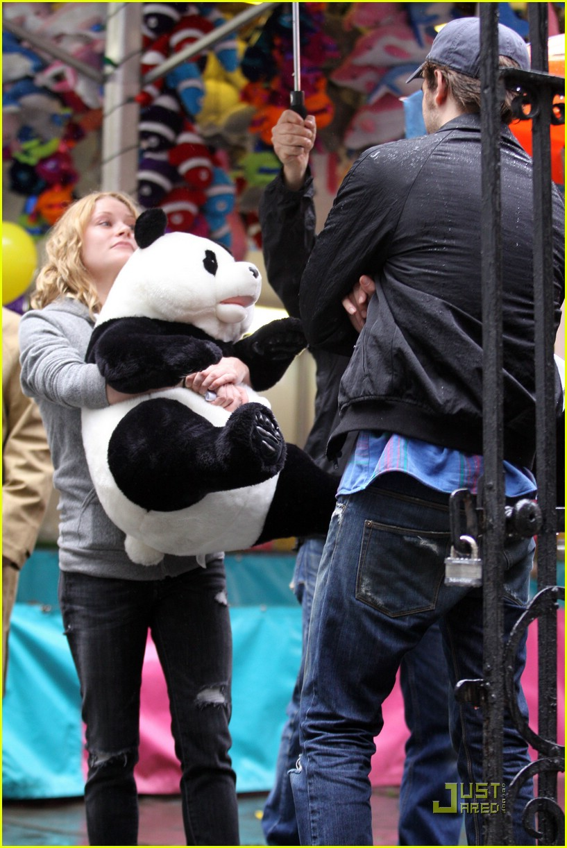 robert pattinson emilie de ravin bear hug 15