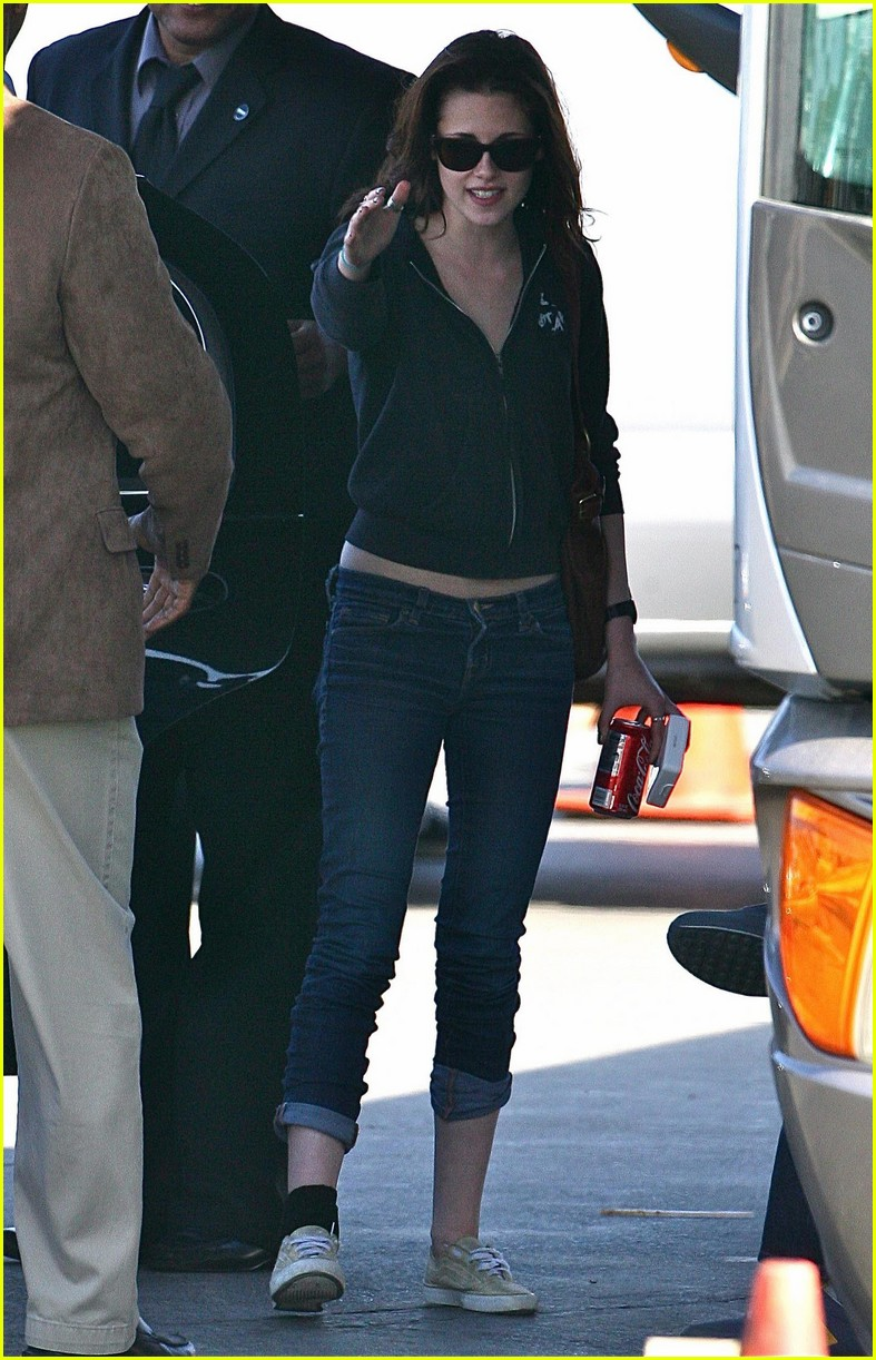 kristen stewart cigarette break 05