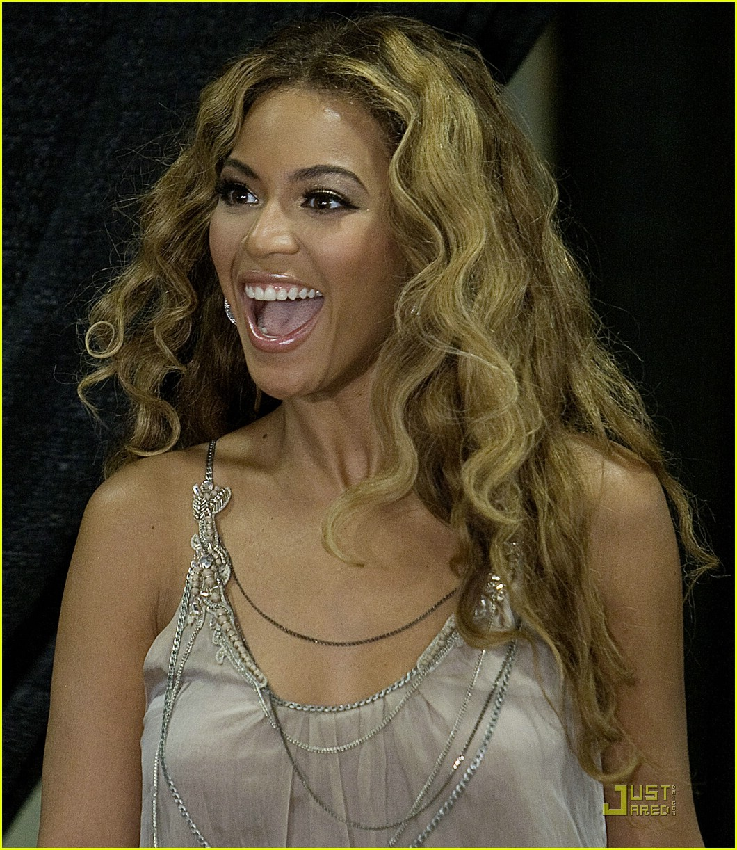 beyonce shows a helping hand 012033501