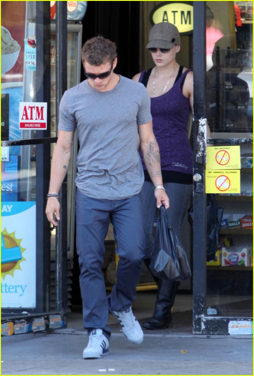 ryan phillippe picks up liquor 01