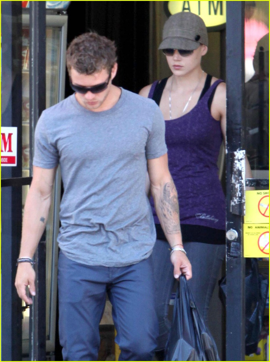 ryan phillippe picks up liquor 05