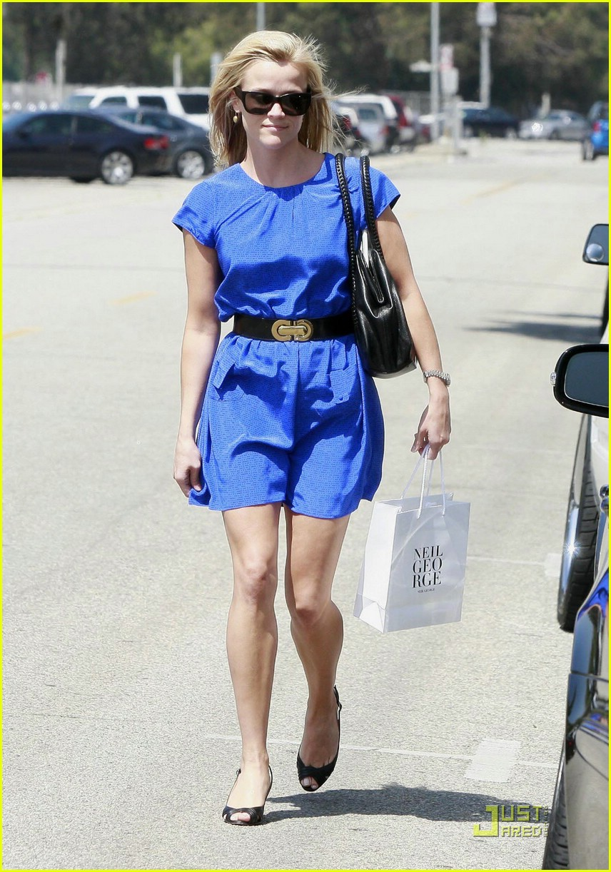 reese witherspoon rolls blues away 012039061