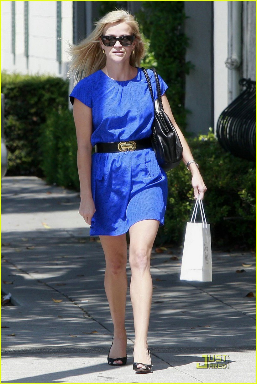 reese witherspoon rolls blues away 082039131