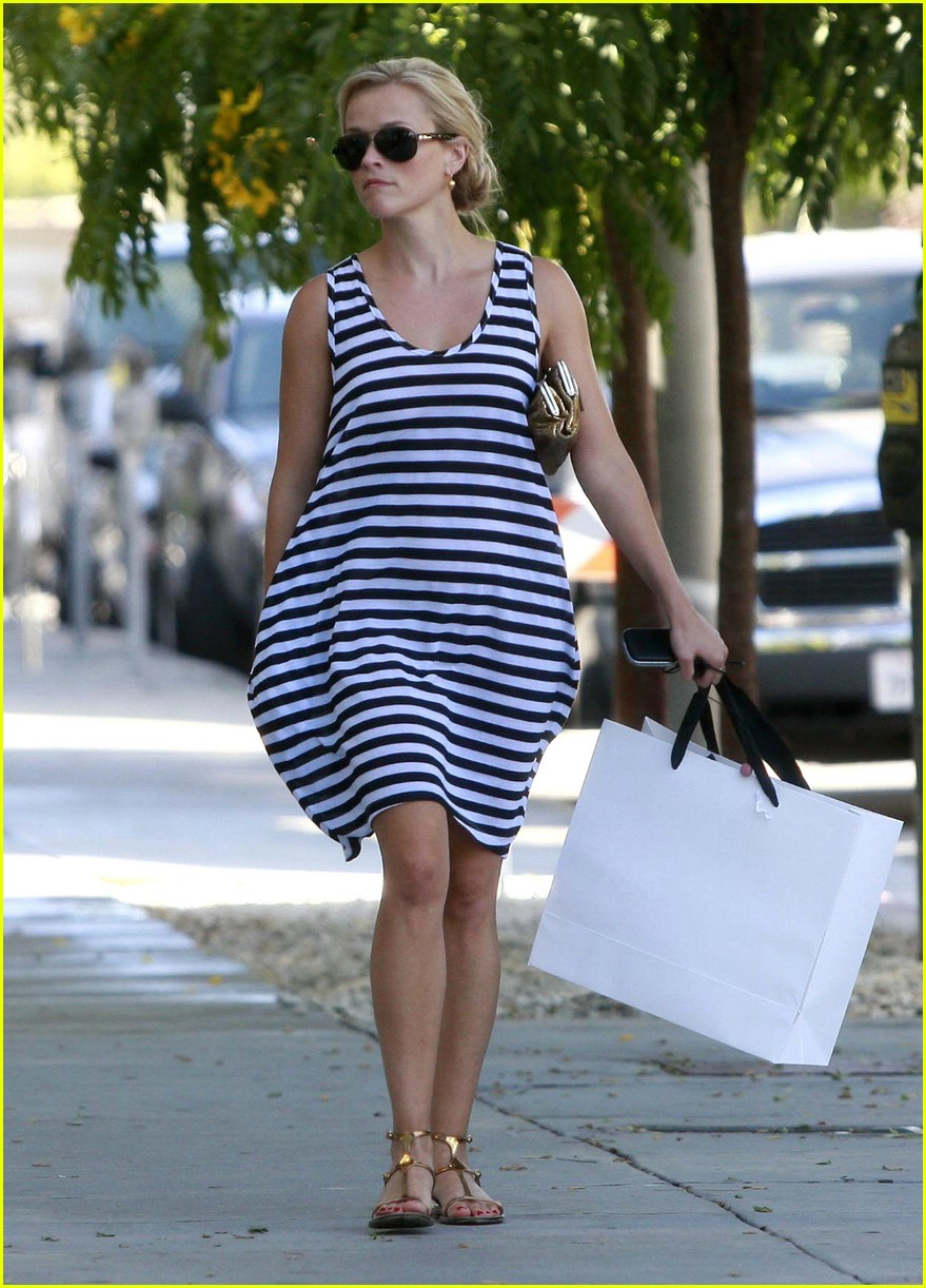 reese witherspoon swift shopper 022052521
