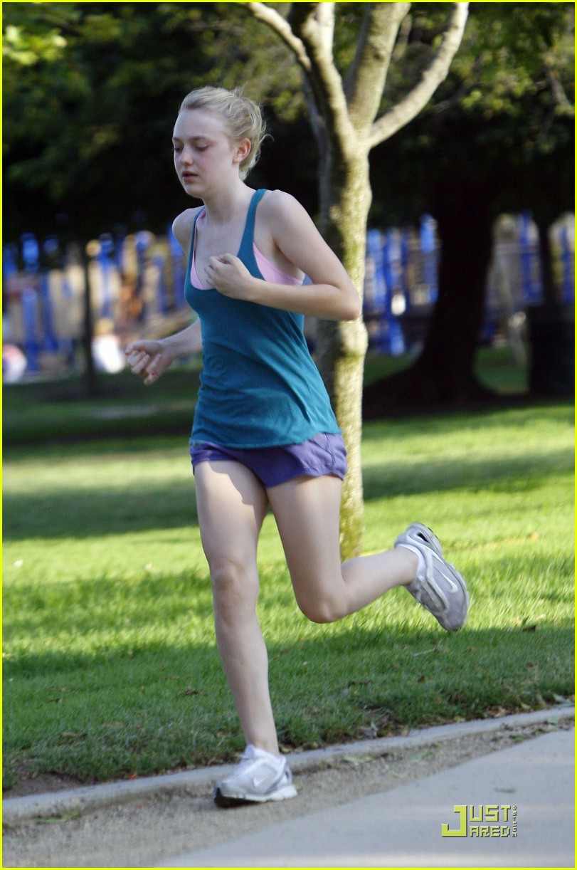 dakota fanning jolly jogger 06