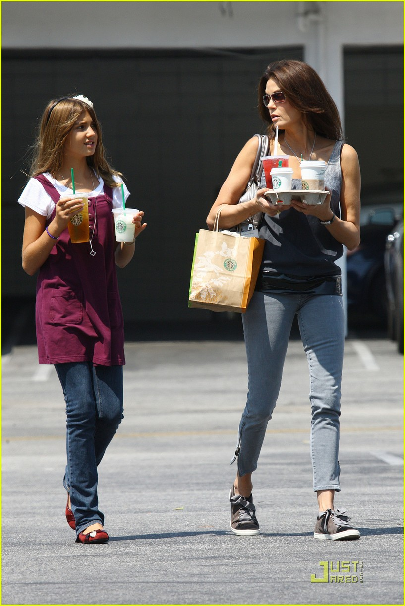 teri hatcher emerson rose starbucks 122134651