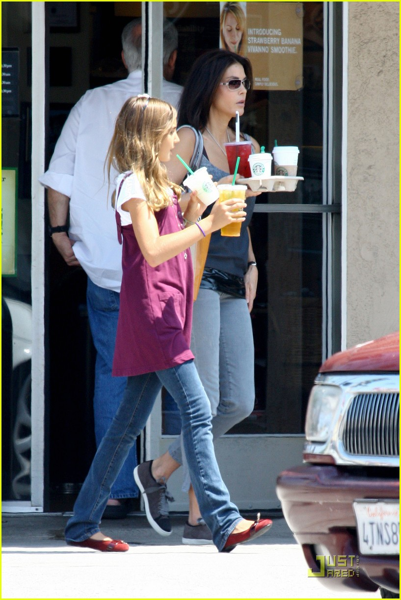 teri hatcher emerson rose starbucks 132134661