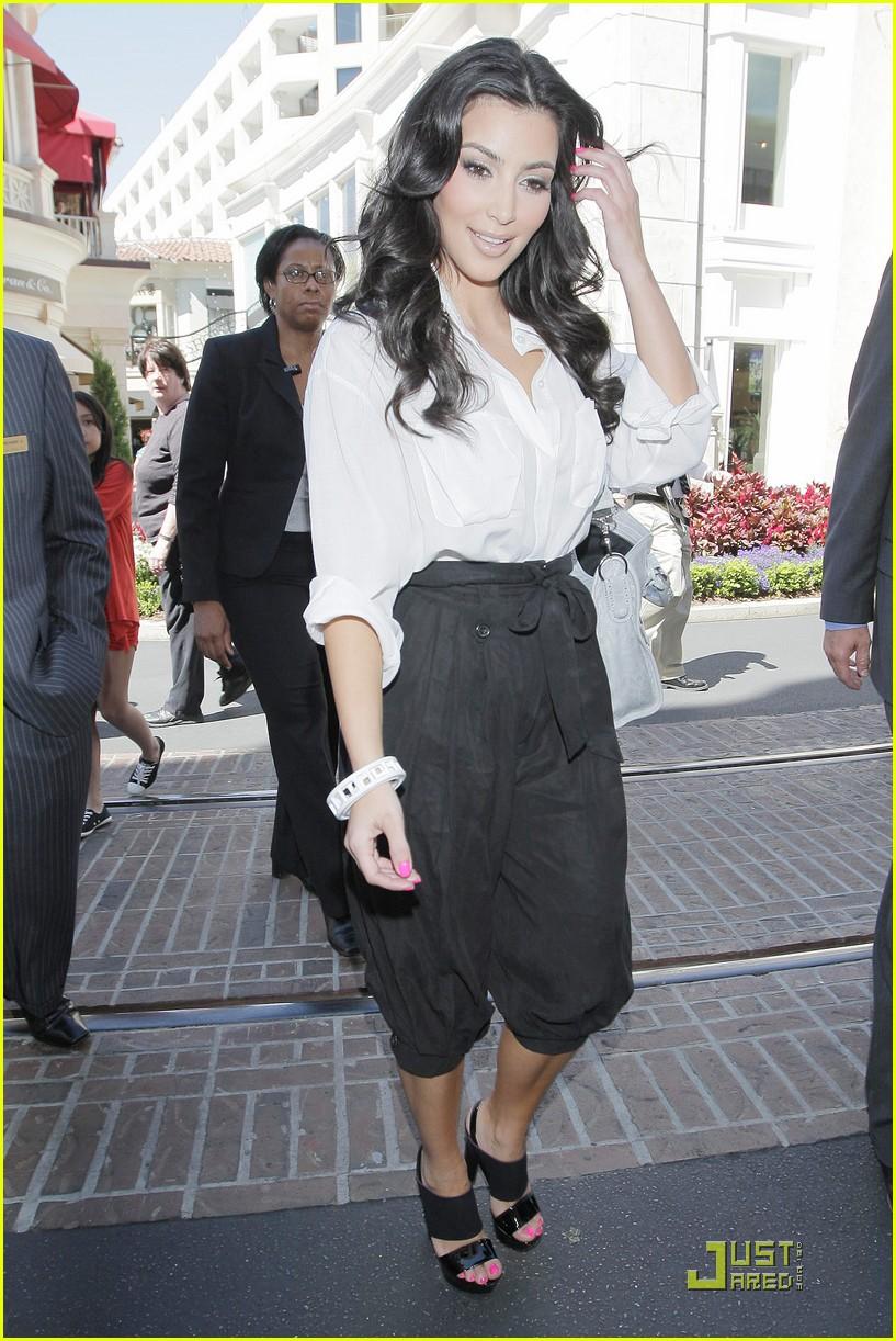 kim kardashian visits victorias secret 022106661