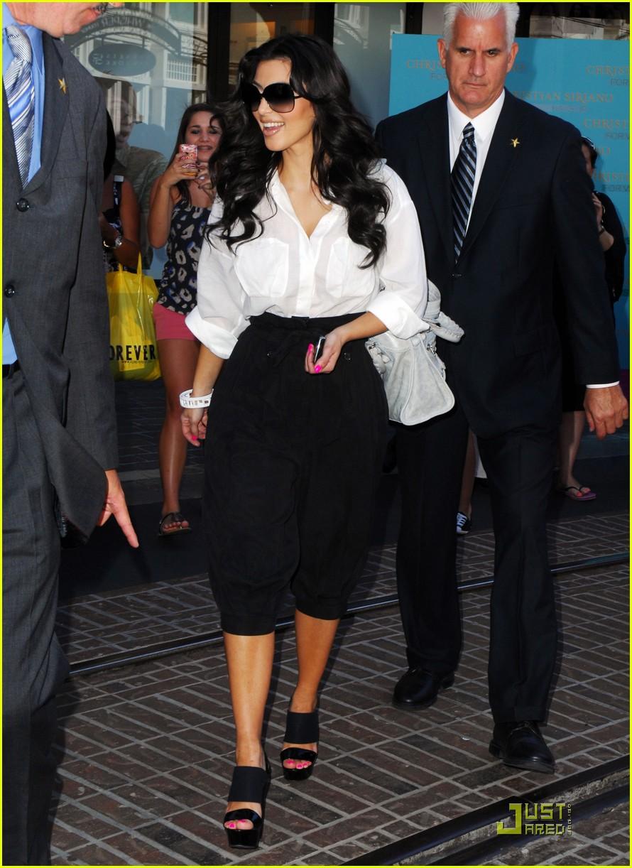 kim kardashian visits victorias secret 05