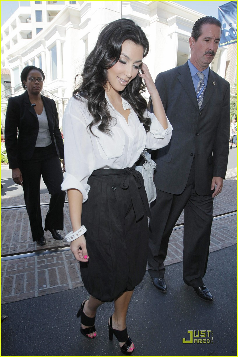 kim kardashian visits victorias secret 062106701