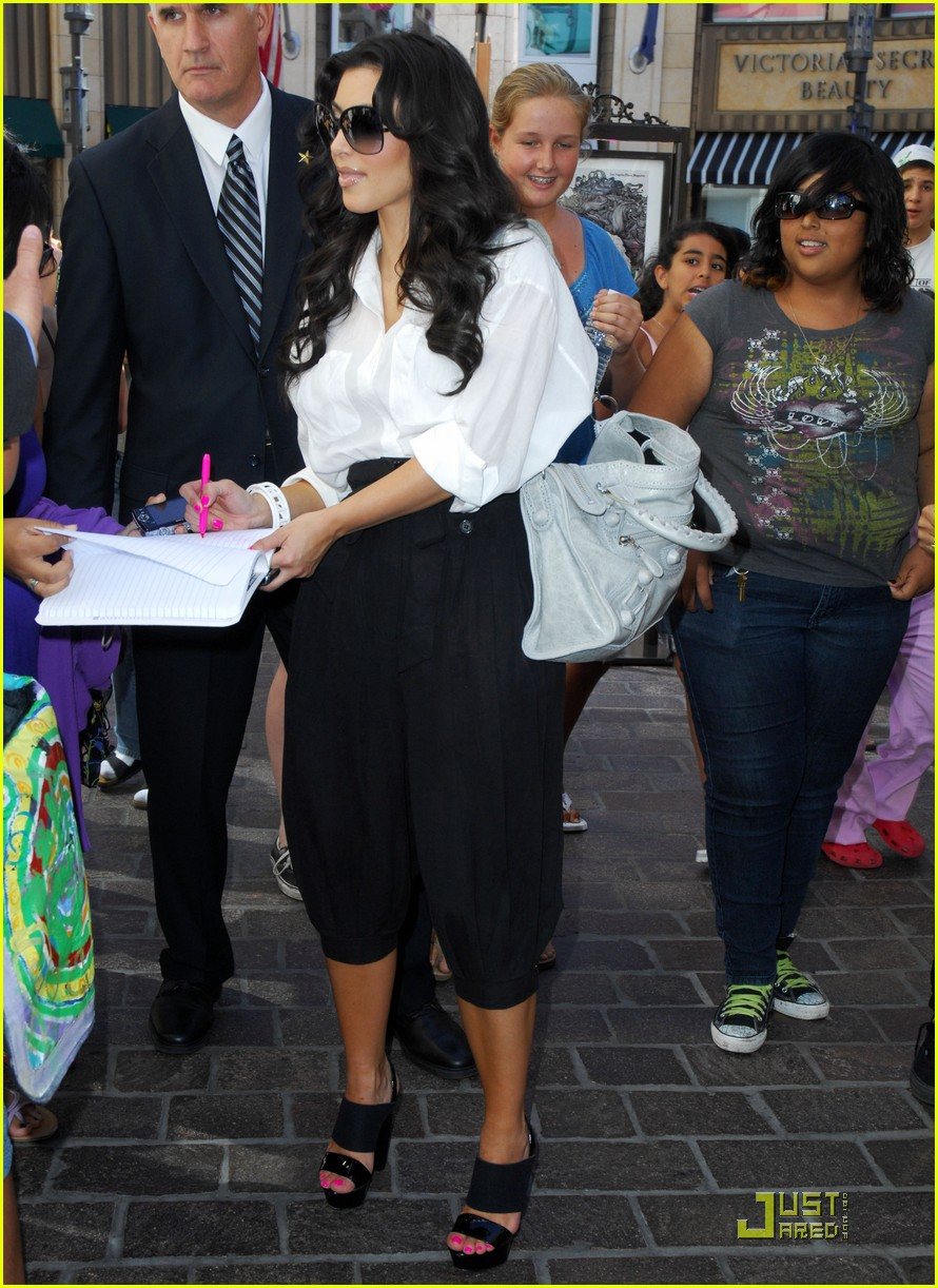 kim kardashian visits victorias secret 082106721