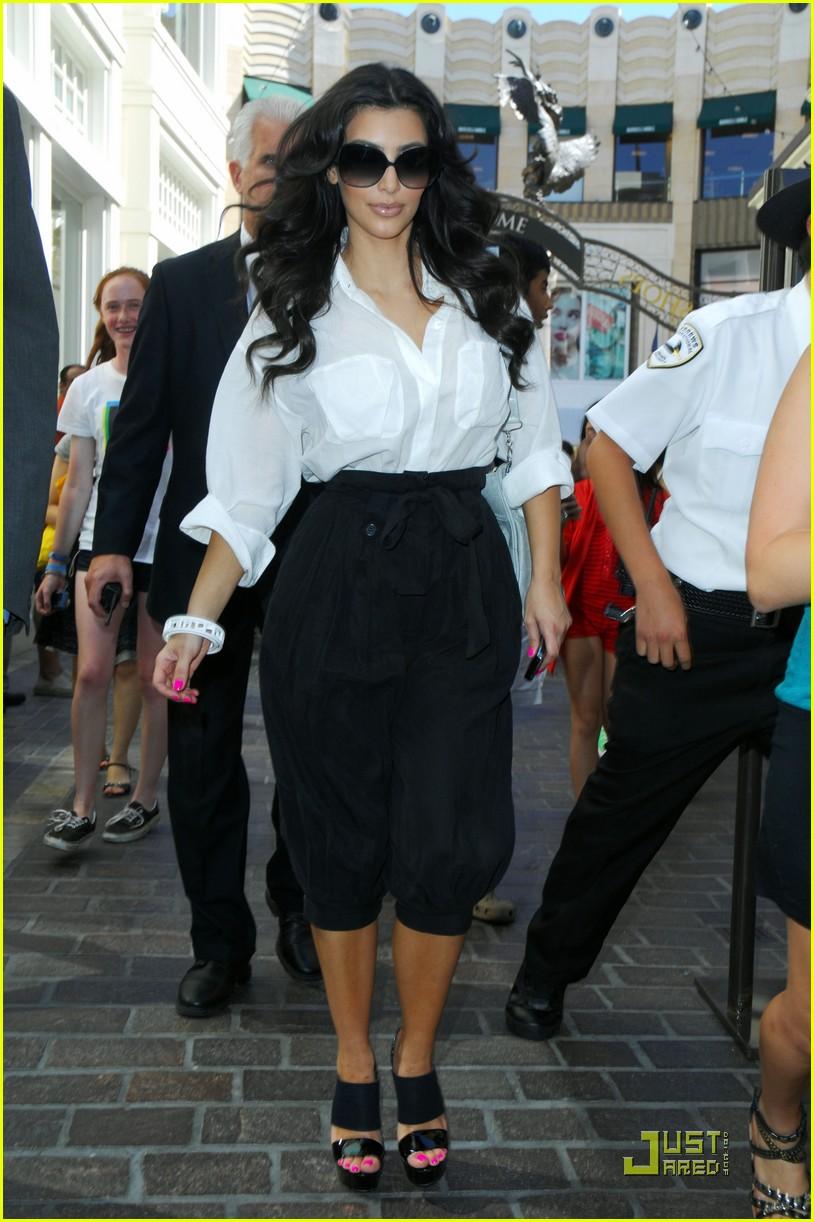 kim kardashian visits victorias secret 092106731