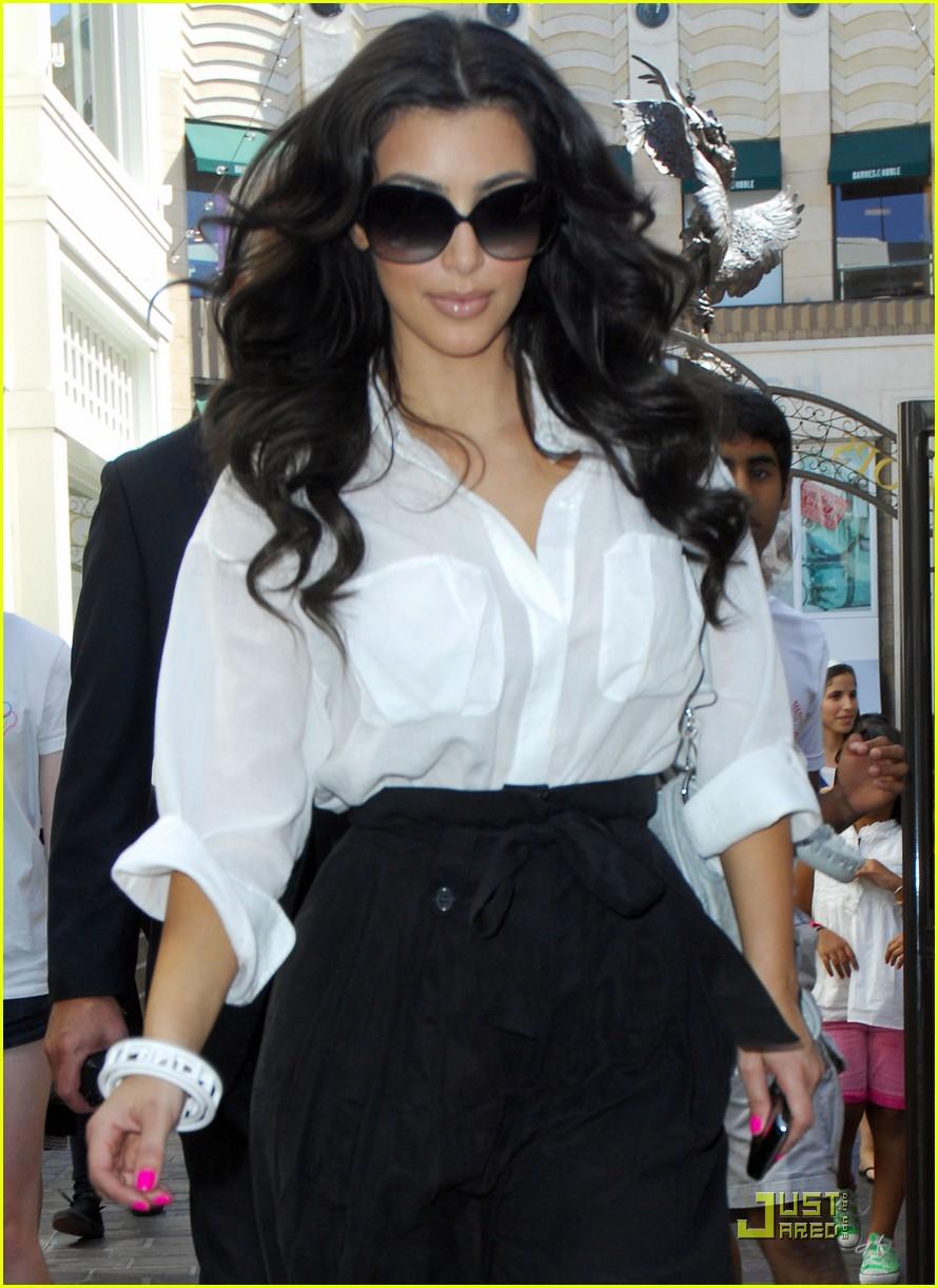 kim kardashian visits victorias secret 112106751