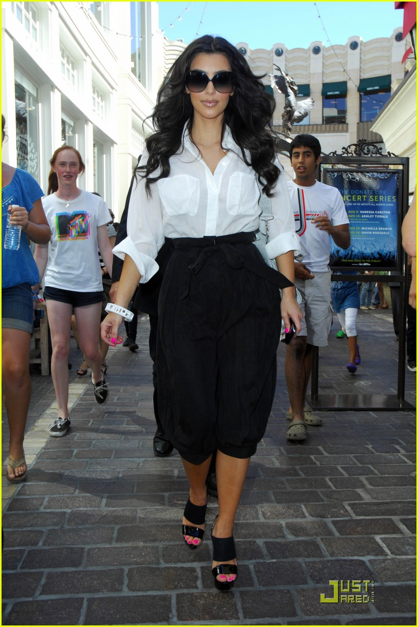 kim kardashian visits victorias secret 12