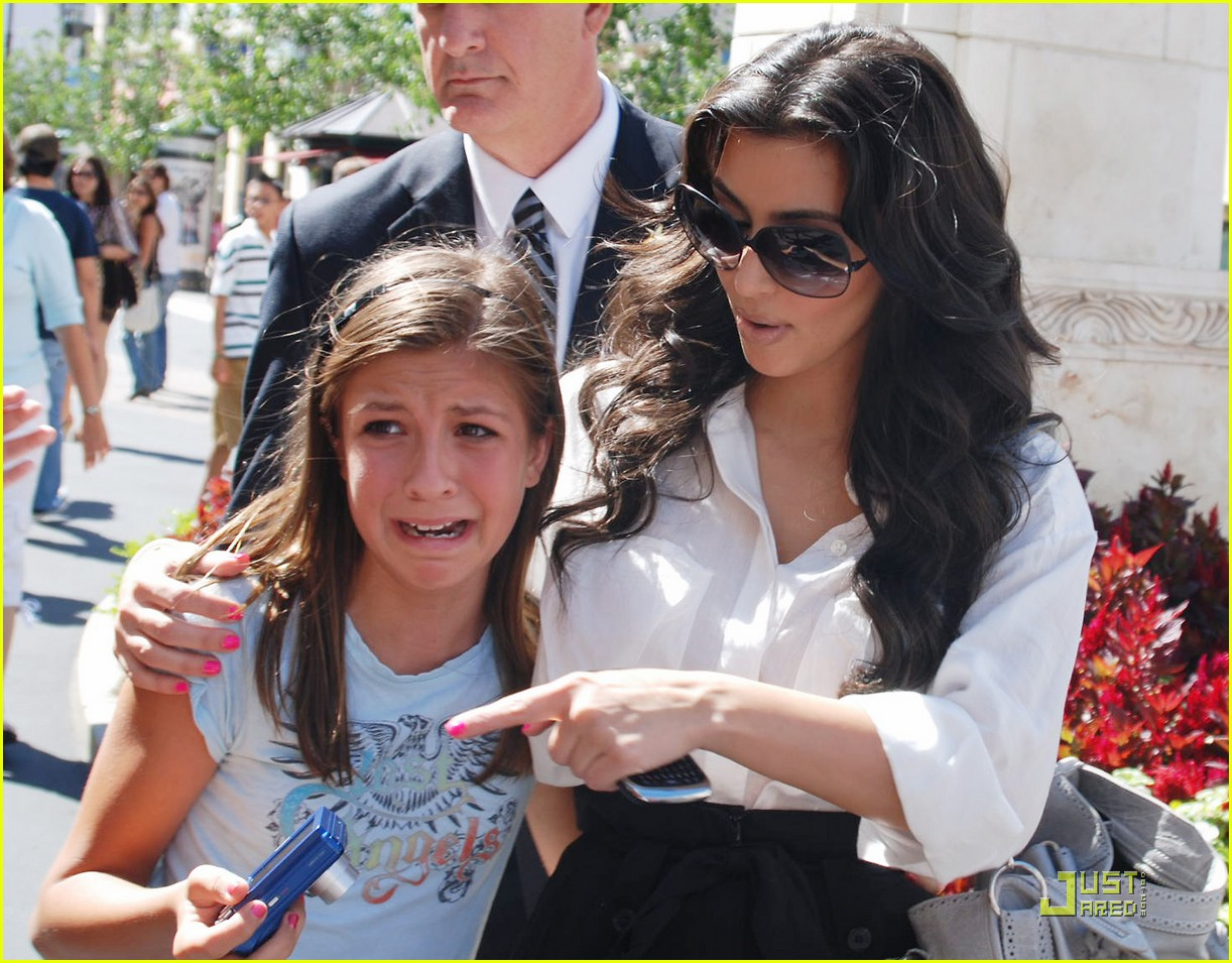 kim kardashian visits victorias secret 132106771