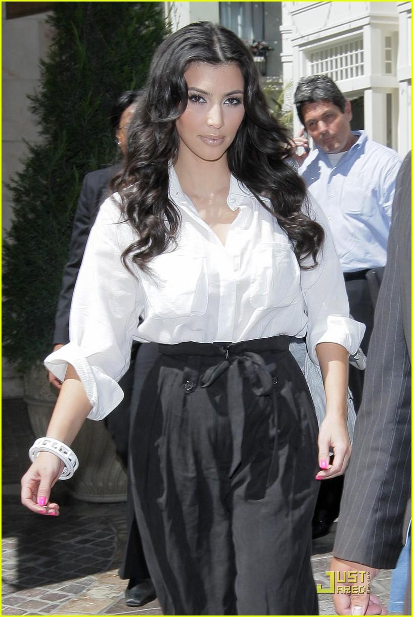 kim kardashian visits victorias secret 182106821