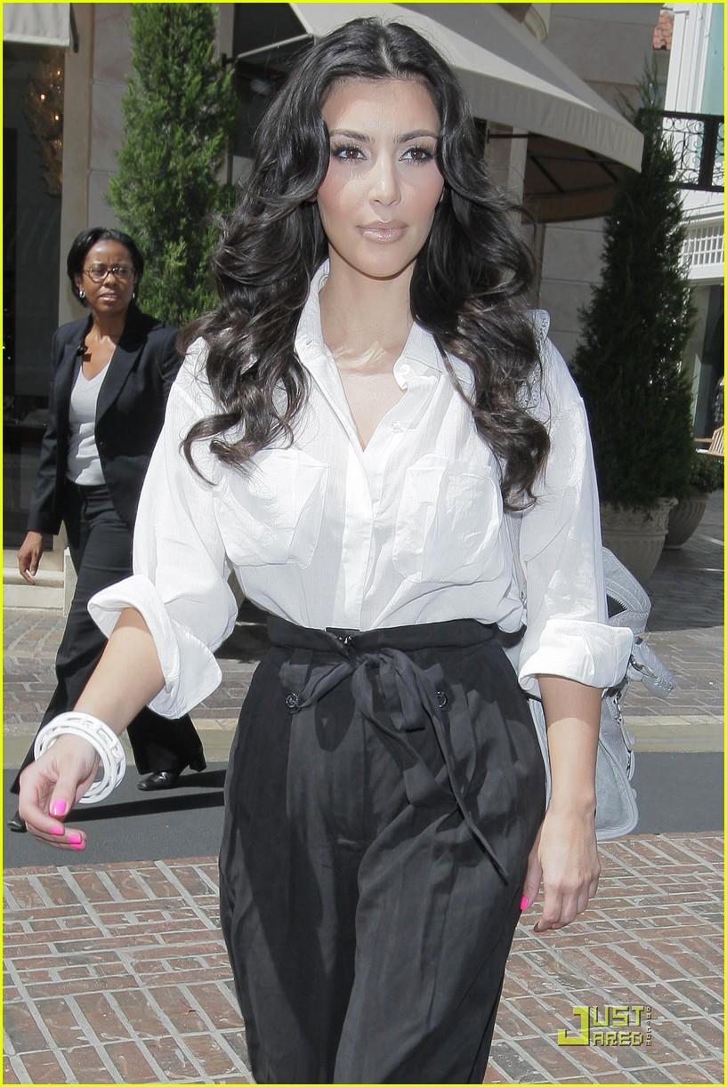 kim kardashian visits victorias secret 192106831