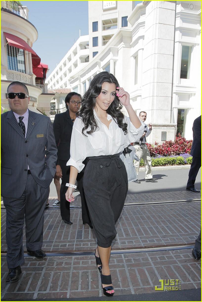 kim kardashian visits victorias secret 212106851