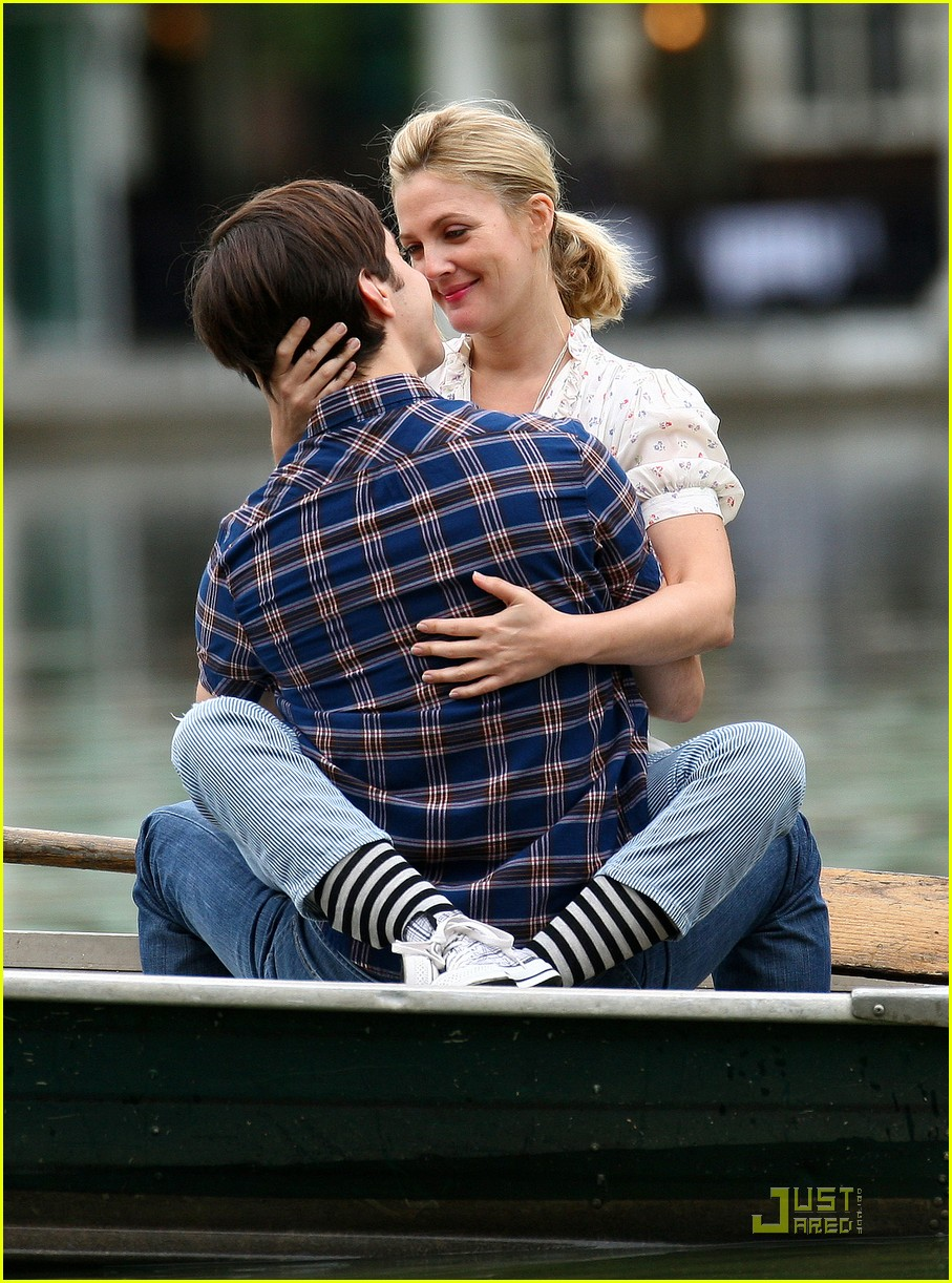 drew barryymore justin long kissing rowboat 012107541