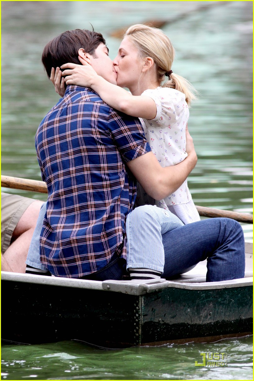 drew barryymore justin long kissing rowboat 092107621