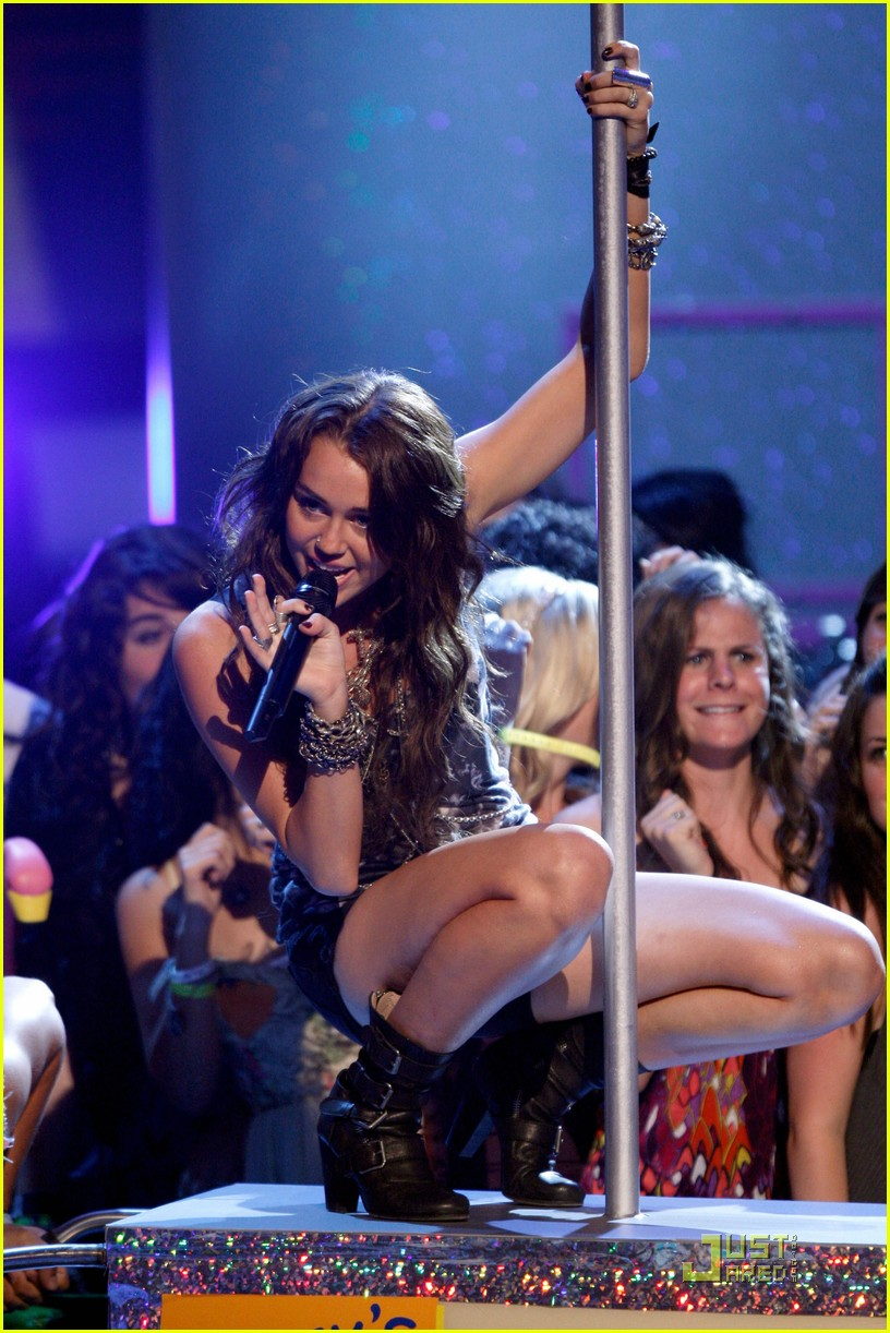 miley cyrus pole dancing teen choice awards 062116731