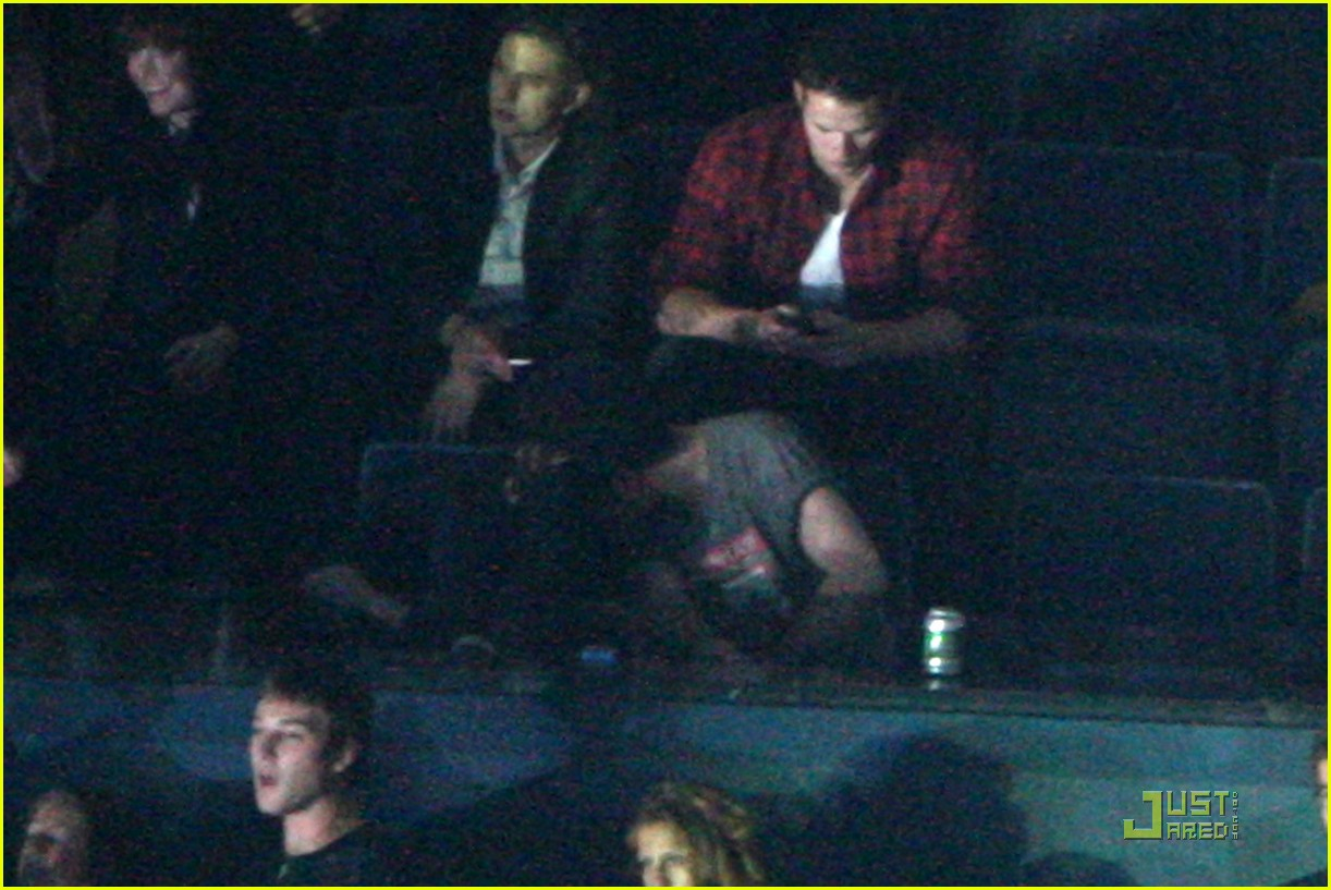 robert pattinson kristen stewart concert couple 01