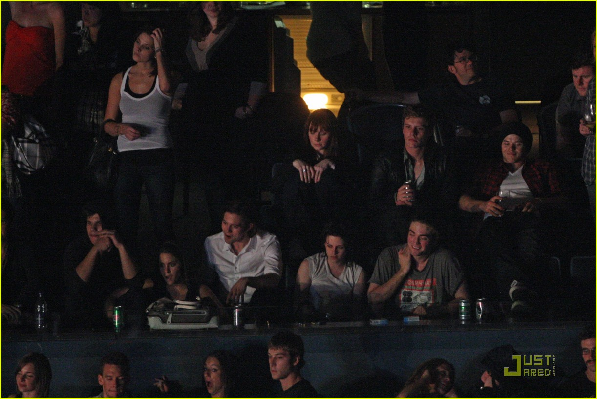 robert pattinson kristen stewart concert couple 06