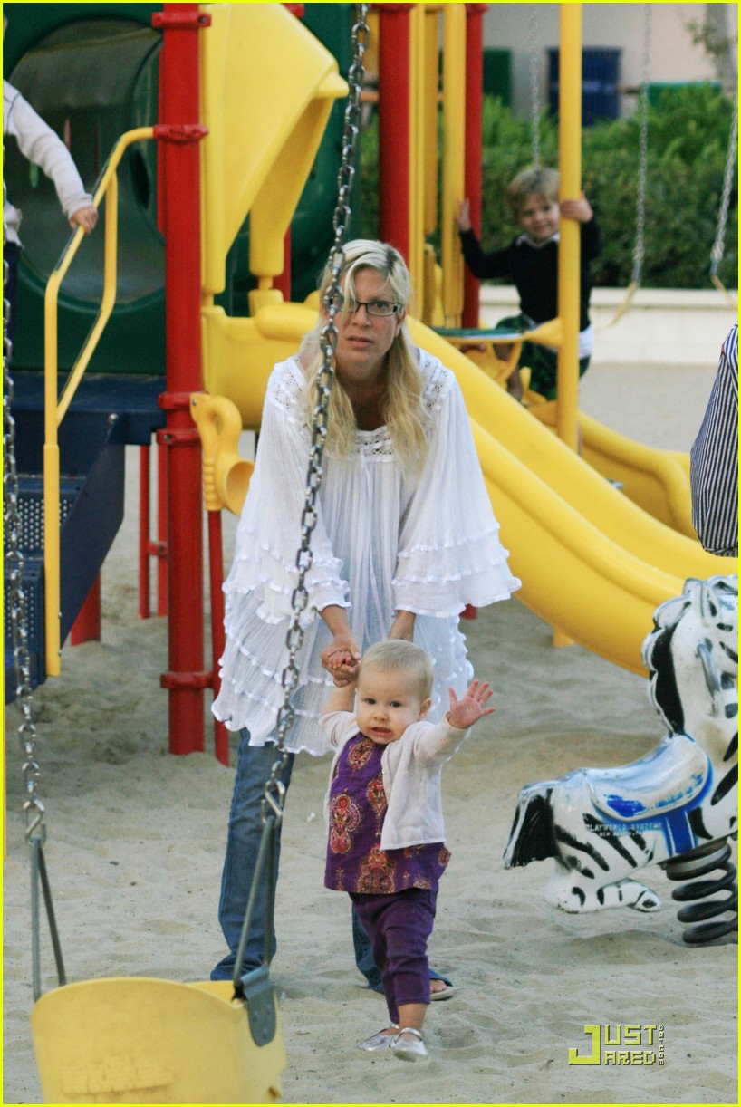 tori spelling kids play at the park 032144232