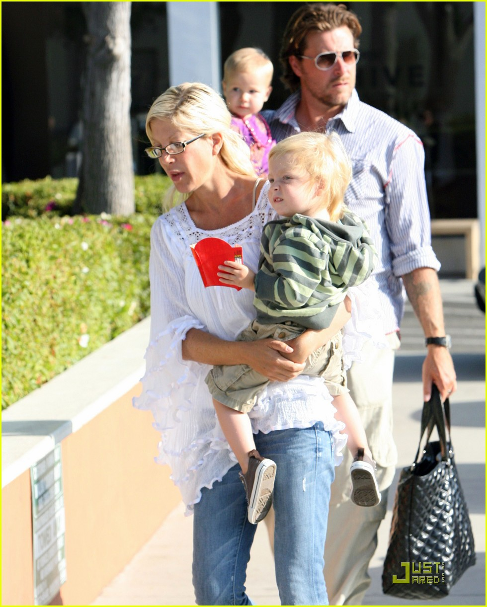 tori spelling kids play at the park 052144252