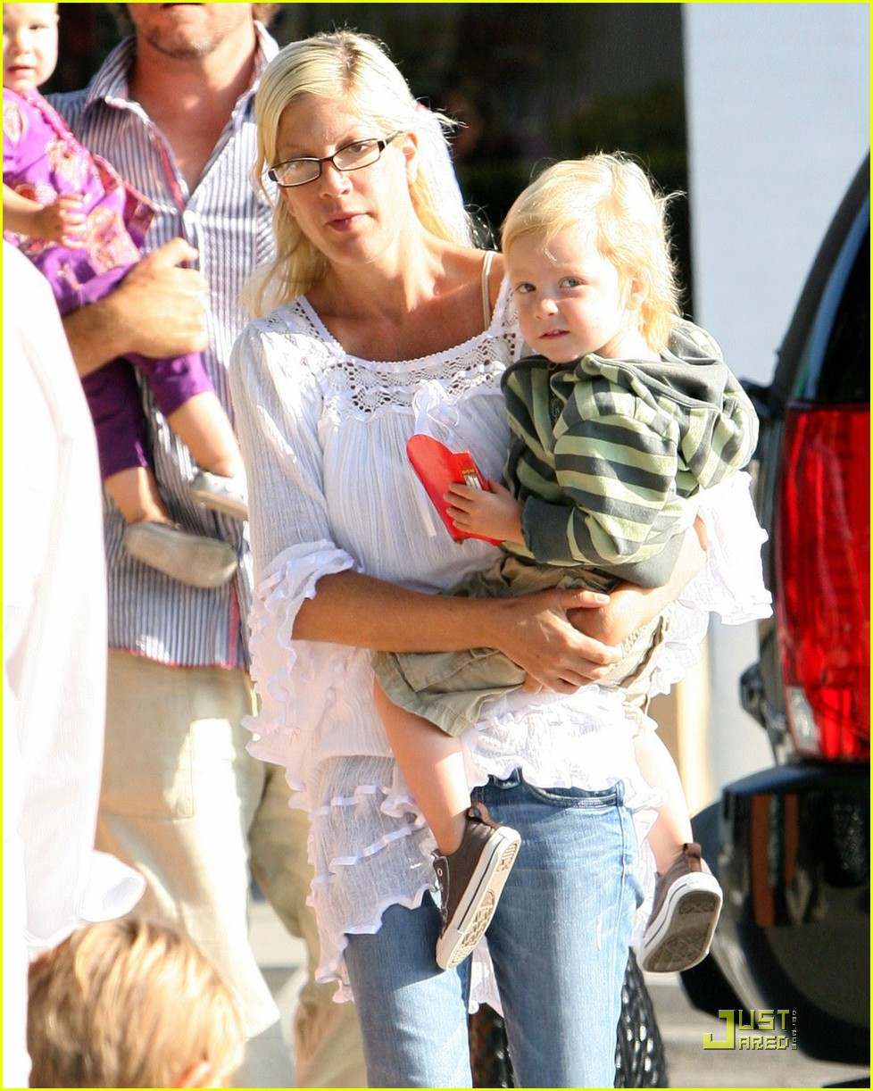 tori spelling kids play at the park 062144262