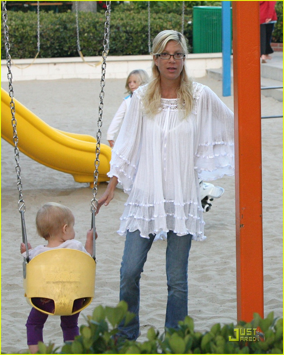 tori spelling kids play at the park 082144282