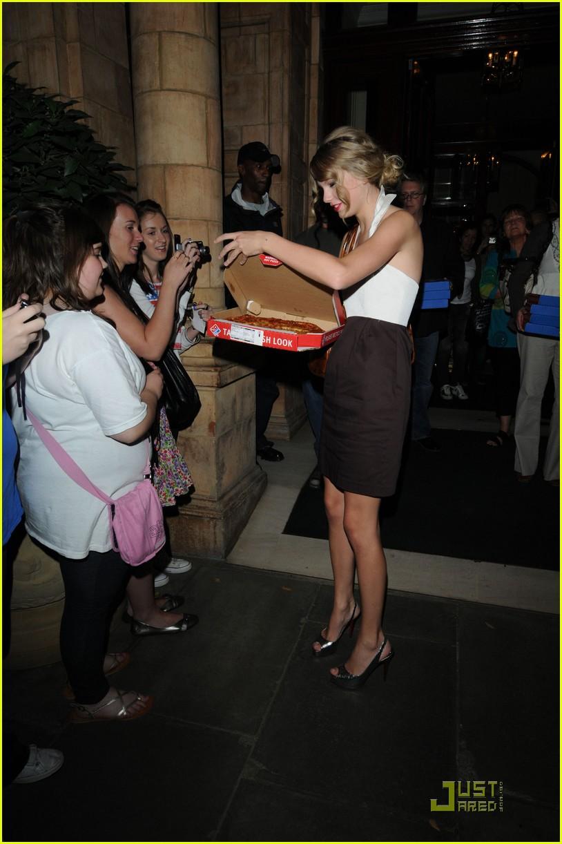 taylor swift pizza fans 032149362
