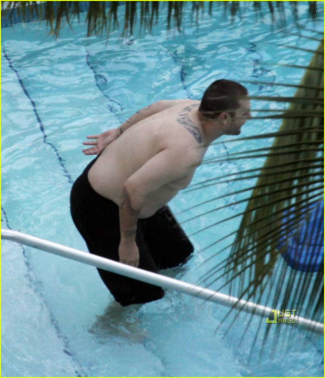Kevin Federline Packs On The Pounds At The Pool Photo