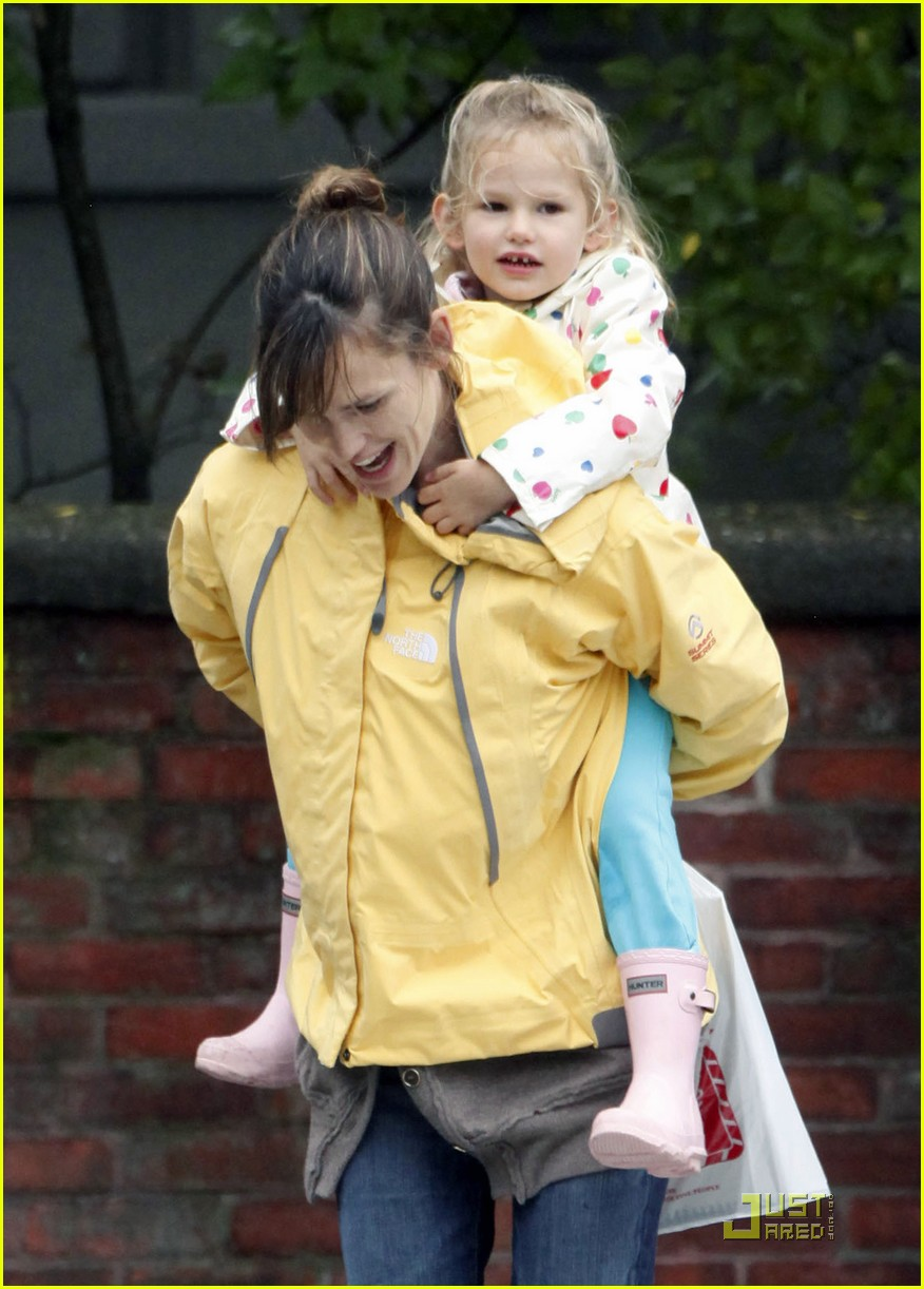 jennifer garner piggy back ride violet affleck 15