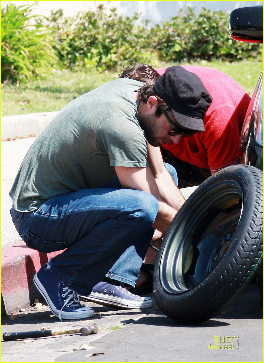 Zachary Quinto: Flat Tire Fixer: Photo 2214111 | Zachary Quinto Pictures | Just Jared