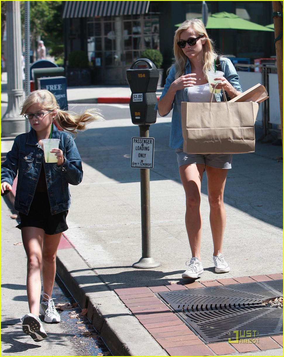reese witherspoon ava phillippe lemonade 082228521