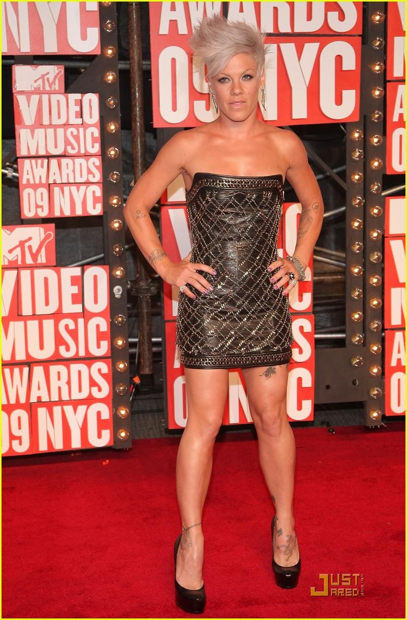 3a717742 Shakira and Pink - MTV VMAs 2009: Photo 2211601 | 2009 MTV VMAs ...