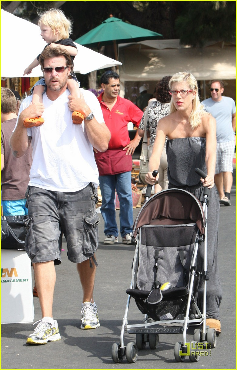 tori spelling frequents the flea market 022248502
