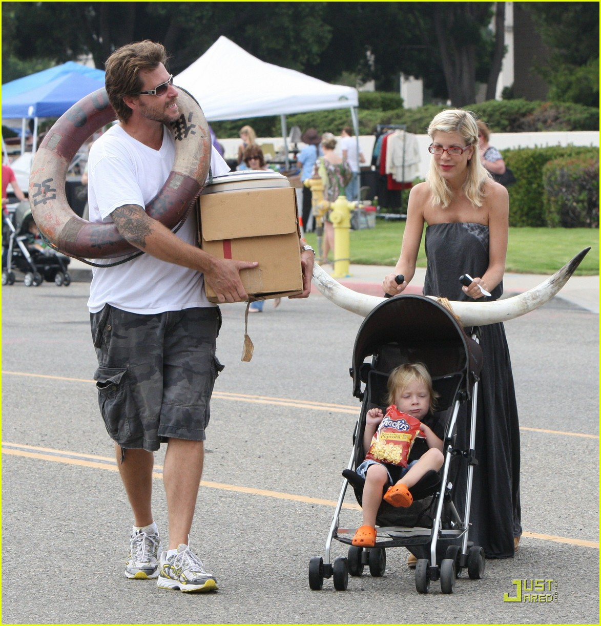 tori spelling frequents the flea market 082248562