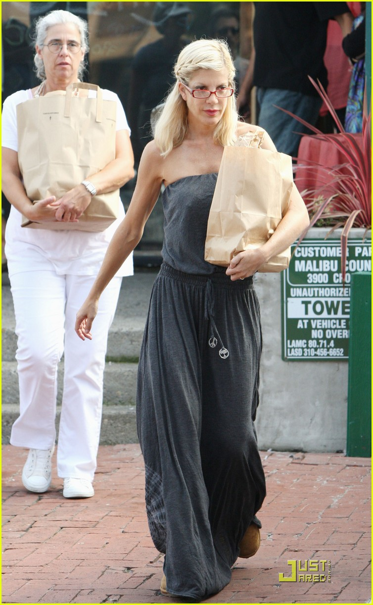 tori spelling frequents the flea market 102248582
